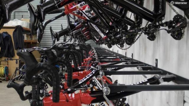 As bikes da equipes penduradas nos suportes
