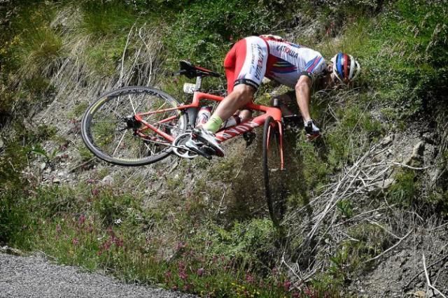 TiagoMachado (Katusha) Erra a Curva e vai parar no Barranco.