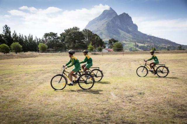 crianças com as bicicletas Qhubeka